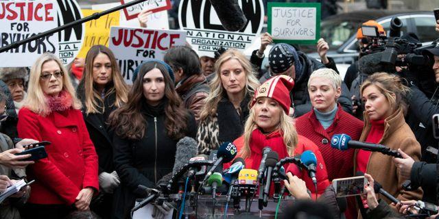 Rosanna Arquette framträder tillsammans med flera av Weinsteins offer. Mark Lennihan / TT NYHETSBYRÅN