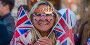 Izzy Newman från Windsor är en av alla de tusentals människor som sökte sig till slottet inför bröllopet på lördagen.  James Hardisty / TT / NTB Scanpix