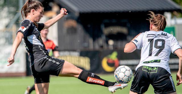 Göteborgs Pauline Hammarlund vinner en boll över Limhamns Rebecka Persson. Björn Larsson Rosvall/TT / TT NYHETSBYRÅN