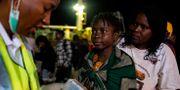 Hjälparbetare möter cyklondrabbade i Beira på fredagen WIKUS DE WET / AFP