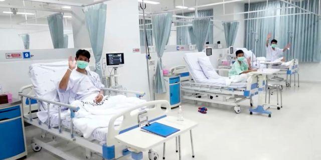 Några av pojkarna i sina sjukhussängar. Vincent Thian / TT / NTB Scanpix