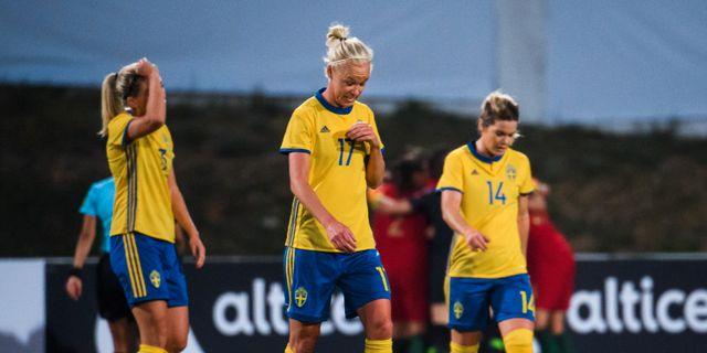 De svenska spelarna deppar efter slutsignalen. LUDVIG THUNMAN / BILDBYRÅN