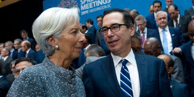 Steven Mnuchin i samtal med IMF-chefen Christine Lagarde på IMF-mötet i Washington på lördagen.  Jose Luis Magana / TT NYHETSBYRÅN