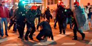 Baskisk polis under bråken i Bilbao. ANDER GILLENEA / AFP
