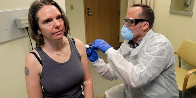 Patienten Jennifer Haller får Modernas vaccin under försöket den 16 mars. Ted S. Warren / TT NYHETSBYRÅN