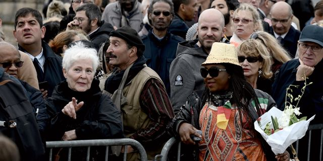 Fransmän köar för att ta farväl av Chirac. PHILIPPE LOPEZ / AFP