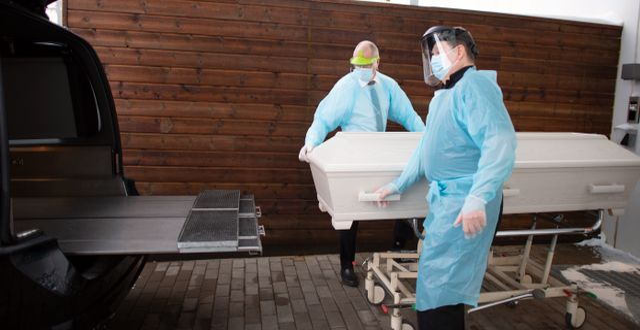 Hantering av döda i covid-19 på ett bårhus i Jönköpings län. Mikael Fritzon/TT / TT NYHETSBYRÅN