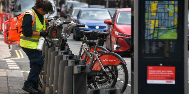 Illustrationsbild: Anställd vid Londons transportmyndighet tvättar hyrcyklar. Alberto Pezzali / TT NYHETSBYRÅN