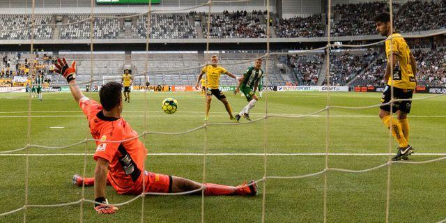 Elfsborgs målvakt Kevin Stuhr Ellegaard med en räddning i dagens match mot Hammarby. ANDREAS L ERIKSSON / BILDBYRÅN