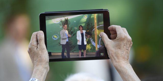 Arkivbild: Person fotograferar MP-språkrören i Almedalen.  Henrik Montgomery/TT / TT NYHETSBYRÅN