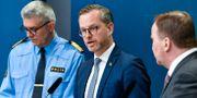 Inrikesminister Mikael Damberg i mitten.  Andes Wiklund / TT NYHETSBYRÅN