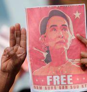 Demonstranter protesterar mot Aung San Suu Kyis gripande.  Sakchai Lalit / TT NYHETSBYRÅN
