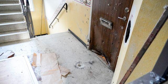 Den söndersprängda lägenhetsdörren. Johan Nilsson/TT / TT NYHETSBYRÅN