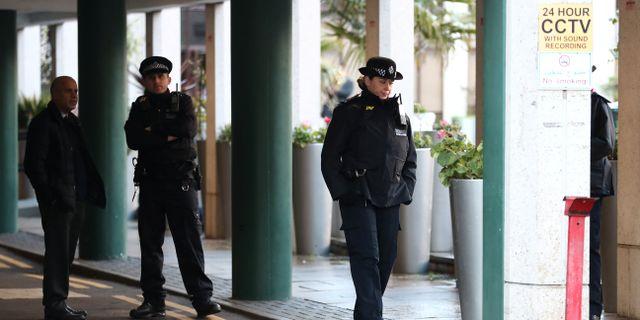 Polis vid moskén i London. SIMON DAWSON / TT NYHETSBYRÅN