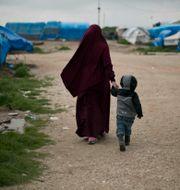Kvinna och barn i lägret Roj. Maya Alleruzzo / TT NYHETSBYRÅN