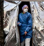 Sjukvårdare utanför sjukhuset i Piacenza i norra italien. Claudio Furlan / TT NYHETSBYRÅN