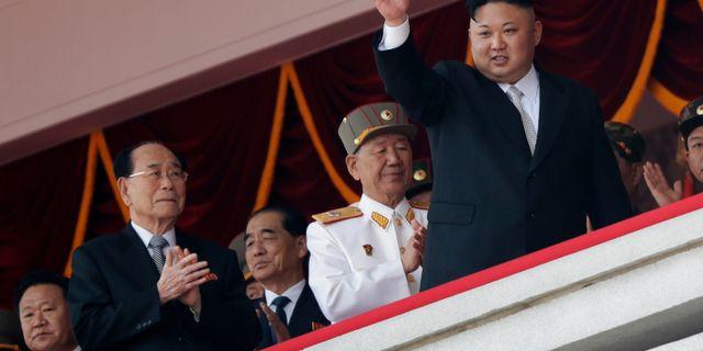 Arkivbild: Nordkoreas ledare Kim Jong Un. Längst till vänster: Choe Ryong Hae Wong Maye-E / TT / NTB Scanpix
