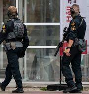 Poliser på plats utanför sjukhuset.  TT / TT NYHETSBYRÅN