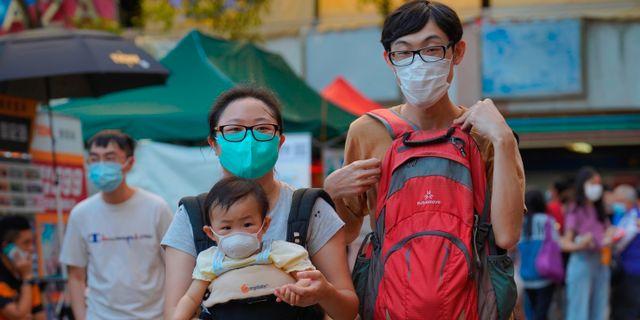 Ett par med sitt lilla barn efter att ha röstat. Vincent Yu / TT NYHETSBYRÅN