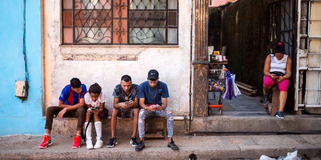 Kubaner surfar med 3G då det introducerades i Kuba i december 2018. Desmond Boylan / TT NYHETSBYRÅN