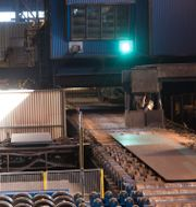 DEGERFORS 20130820 En valsad bit med stål ligger på tillverkningsbandet på Degerfors Järnverk Outokumpu FREDRIK SANDBERG / TT / TT NYHETSBYRÅN