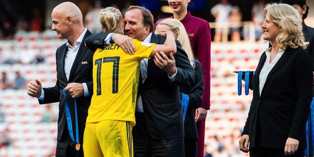 Stefan Löfven kramar om Caroline Seger.  PETTER ARVIDSON / BILDBYRÅN