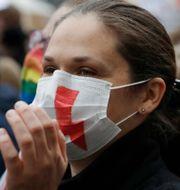 Kvinna protesterar i Warszawa.  Czarek Sokolowski / TT NYHETSBYRÅN