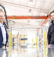 Absolicon säljer robotiserade produktionslinor för koncentrerande solfångare. Vd Joakim Byström och säljchef Carlo Semeraro konstaterar att rollerna nu är omvända och kunderna söker upp Absolicon.