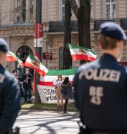 Demonstranter utanför det hotell i Wien där samtalen äger rum. Florian Schroetter / TT NYHETSBYRÅN