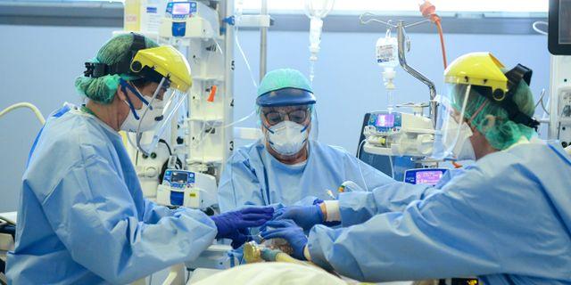 Patient med covid-19 får vård i Bergamo. PIERO CRUCIATTI / TT NYHETSBYRÅN