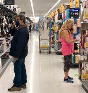 Två kunder handlar på Walmart i Illinois. Nam Y. Huh / TT NYHETSBYRÅN