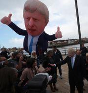 Boris Johnson bredvid en stor uppblåsbar ballong av sig själv.  Scott Heppell / TT NYHETSBYRÅN