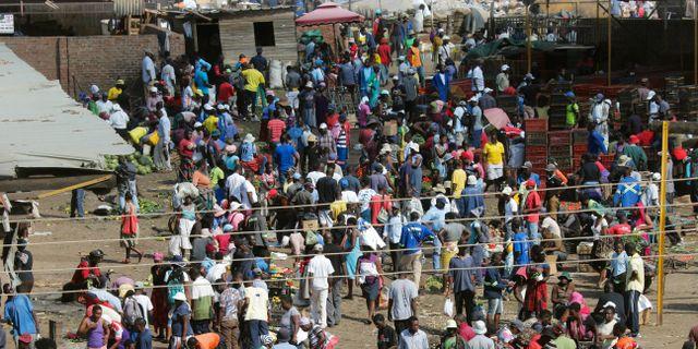 En frukt- och grönsaksmarknad i full kommers i Harare, Zimbabwe.  Tsvangirayi Mukwazhi / TT NYHETSBYRÅN