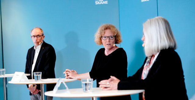 Alf Jönsson, regiondirektör och Eva Melander, smittskyddsläkare.  TT NYHETSBYRÅN