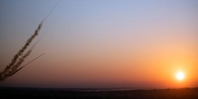 En raket avfyras från Gaza med riktning mot Israel tidigare idag. Khalil Hamra / TT NYHETSBYRÅN