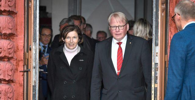 Peter Hultqvist och Florence Parly.  Claudio Bresciani/TT / TT NYHETSBYRÅN