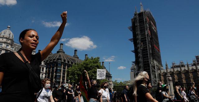 Människor demonstrerar i London idag. Matt Dunham / TT NYHETSBYRÅN