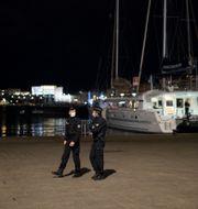 Poliser patrullerar en folktom hamn i Marseille. Daniel Cole / TT NYHETSBYRÅN