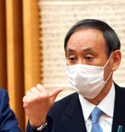 Shinzo Abe till vänster och Yoshihide Suga till höger. Arkivbild.  Eugene Hoshiko / TT NYHETSBYRÅN