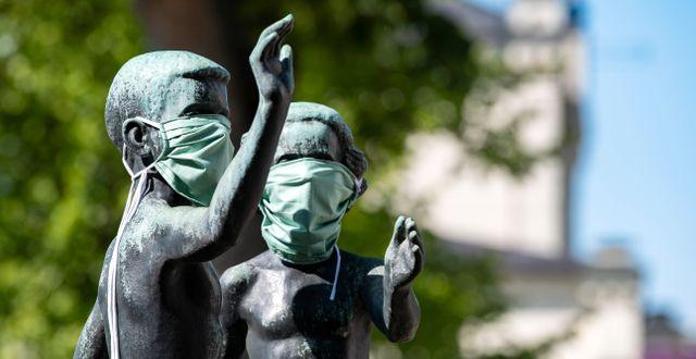 En skulptur i Lund har försetts med munskydd. Johan Nilsson/TT / TT NYHETSBYRÅN