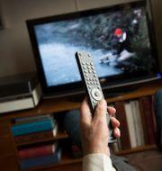 Person som tittar på tv. FREDRIK SANDBERG / TT / TT NYHETSBYRÅN