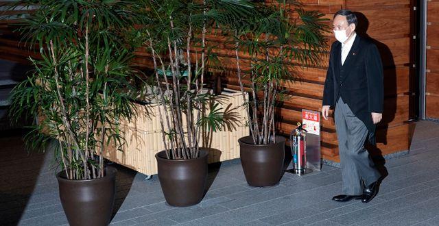 Arkivbild: Yoshihide Suga utanför sitt kansli Eugene Hoshiko / TT NYHETSBYRÅN