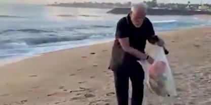 Narendra Modi samlar skräp på en strand i Mamallapuram.