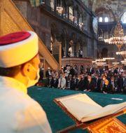 En imam läser från Koranen i Hagia Sofia idag. TT NYHETSBYRÅN
