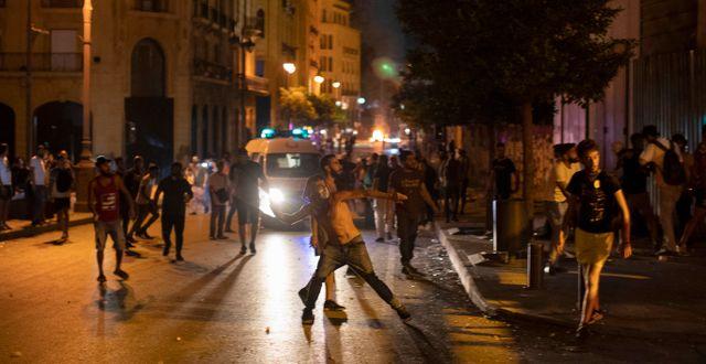 Demonstranter på Beiruts gator.  Hassan Ammar / TT NYHETSBYRÅN