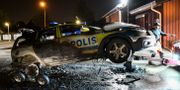 Arkivbild. En utbränd polisbil bärgas på Folksångsgatan på Lindängen i Malmö  Johan Nilsson/TT / TT NYHETSBYRÅN