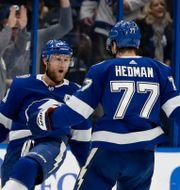Stamkos och Hedman firar ett mål.  Chris O'Meara / TT NYHETSBYRÅN