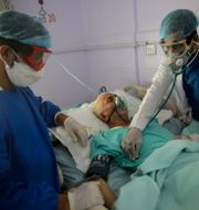 En covidpatient vårdas på intensivvårdsavdelning i Jemen, 14 juni 2020. Hani Mohammed / TT NYHETSBYRÅN