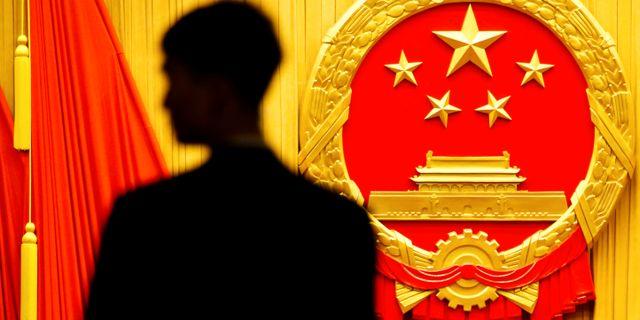 En säkerhetsvakt inför invigningen av Kinas Nationella folkkongress i Peking.  THOMAS PETER / TT NYHETSBYRÅN
