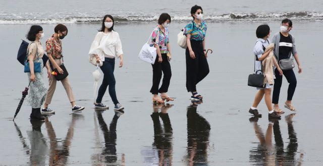 Människor på en strand i närheten av Tokyo. Koji Sasahara / TT NYHETSBYRÅN